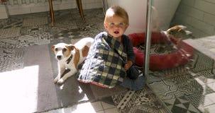 Συνεδρίαση παιδιών και σκυλιών στο πάτωμα απόθεμα βίντεο