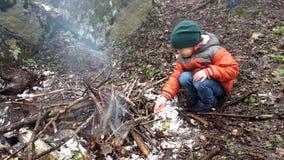 Συνεδρίαση παιδιών μπροστά από την πυρκαγιά φιλμ μικρού μήκους