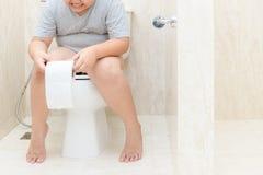 Συνεδρίαση παιδιών στο ρόλο ιστού τουαλετών και εκμετάλλευσης στοκ εικόνες με δικαίωμα ελεύθερης χρήσης