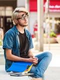 Συνεδρίαση σημειωματάριων εκμετάλλευσης τύπων Hipster στην προεξοχή Στοκ Εικόνες