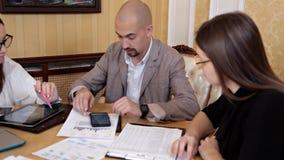 Συνεδρίαση της εργασίας Οικονομικός έλεγχος σε μια μεγάλη επιχείρηση, λογιστικός έλεγχος φιλμ μικρού μήκους