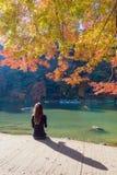 Συνεδρίαση τουριστών και χαλάρωση με την όμορφη άποψη φύσης Arashiyama Στοκ φωτογραφία με δικαίωμα ελεύθερης χρήσης