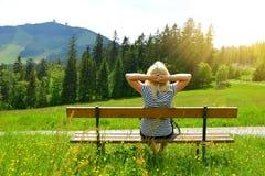 Συνεδρίαση τουριστών σε έναν πάγκο που αγνοεί το υποστήριγμα Grosser Arber, Γερμανία Στοκ εικόνα με δικαίωμα ελεύθερης χρήσης