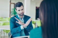 Συνεδρίαση του businesspeople δύο Αριθ. Νέος επιχειρηματίας doesn ` τ ωχρός Στοκ Φωτογραφία