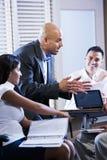 Συνεδρίαση των διευθυντών με τους εργαζομένους γραφείων, κατεύθυνση στοκ εικόνες με δικαίωμα ελεύθερης χρήσης