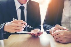 Συνεδρίαση των επιχειρηματιών που διαπραγματεύεται μια σύμβαση μεταξύ του colle δύο στοκ εικόνα με δικαίωμα ελεύθερης χρήσης