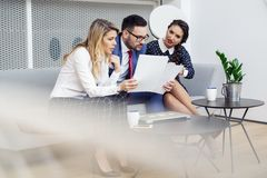 Συνεδρίαση των επιχειρηματιών στη σύγχρονη αίθουσα συνεδριάσεων στοκ φωτογραφία με δικαίωμα ελεύθερης χρήσης