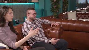 Συνεδρίαση των φίλων Νέοι που μιλούν σε έναν καφέ απόθεμα βίντεο