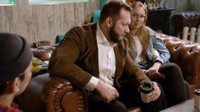 Συνεδρίαση των φίλων Νέοι που μιλούν σε έναν καφέ φιλμ μικρού μήκους