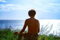 Συνεδρίαση τύπων από τη σκιαγραφία θάλασσας στοκ φωτογραφίες με δικαίωμα ελεύθερης χρήσης