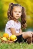 συνεδρίαση χλόης παιδιών Στοκ φωτογραφίες με δικαίωμα ελεύθερης χρήσης