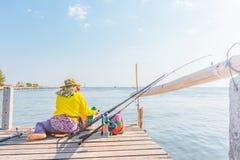 Συνεδρίαση ψαράδων στο έδαφος κοντά στη θάλασσα με την ελαφριά μεσημβρία ήλιων στοκ φωτογραφίες