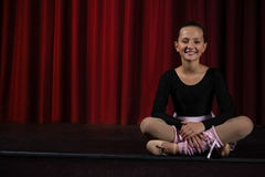 Συνεδρίαση Ballerina στο στάδιο στο θέατρο Στοκ φωτογραφία με δικαίωμα ελεύθερης χρήσης