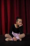 Συνεδρίαση Ballerina στο στάδιο στο θέατρο Στοκ εικόνες με δικαίωμα ελεύθερης χρήσης