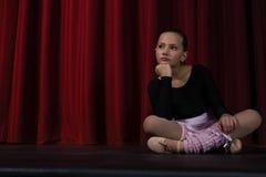 Συνεδρίαση Ballerina στο στάδιο στο θέατρο Στοκ Εικόνες