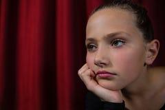 Συνεδρίαση Ballerina στο στάδιο στο θέατρο Στοκ Εικόνα