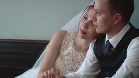 Συνεδρίαση Newlyweds σε έναν καφέ και να φανεί έξω το παράθυρο, κινηματογράφηση σε πρώτο πλάνο, σε αργή κίνηση απόθεμα βίντεο