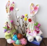 Συνεδρίαση Tilda κουνελιών στα δώρα Πάσχας και τα αυγά Πάσχας Στοκ εικόνα με δικαίωμα ελεύθερης χρήσης