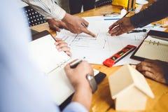 Συνεδριάσεις στις επιχειρήσεις εφαρμοσμένης μηχανικής σπιτιών και ιδιοκτησίας της ομάδας στοκ εικόνα με δικαίωμα ελεύθερης χρήσης