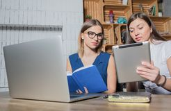 Συνεργάτες που εργάζονται με το σύγχρονο καθαρός-βιβλίο και την ψηφιακή ταμπλέτα στοκ φωτογραφία