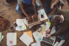 Συνεργάτες που χρησιμοποιούν τα lap-top κατά τη διάρκεια της εργασίας Στοκ φωτογραφία με δικαίωμα ελεύθερης χρήσης