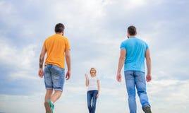 Συνεργάτης επιλογών γυναικών Παραγωγή της επιλογής ζωής Υπολογίστε που χρονολογούν τον πηγαίνοντας καλό φίλο Ανύπαντρη που επιλέγ στοκ εικόνα