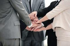 Συνεργασία έννοιας επιτυχίας: ένα φιλικό επιχειρησιακό τεθειμένο ομάδα thei Στοκ Φωτογραφίες