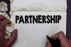 Συνεργασία γραψίματος κειμένων γραφής Έννοια που σημαίνει την ένωση δύο ή περισσότερων ανθρώπων ως κανονισμό σημειωματάριων ενότη Στοκ Εικόνα