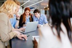 Συνεργασία επιχειρηματιών στην αρχή Στοκ Εικόνες