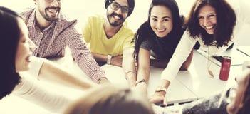 Συνεργασία που απολαμβάνει την έννοια συνεργασίας συμμετοχής στοκ εικόνες