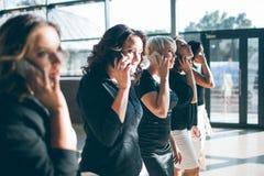 Συνεργασία των ισχυρών επιχειρησιακών γυναικών στοκ εικόνες