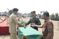 Συνεργασία Symbolization μεταξύ των τοπικών ανώτερων υπαλλήλων και του στρατού στοκ φωτογραφίες με δικαίωμα ελεύθερης χρήσης