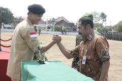 Συνεργασία Symbolization μεταξύ των τοπικών ανώτερων υπαλλήλων και του στρατού στοκ εικόνες με δικαίωμα ελεύθερης χρήσης