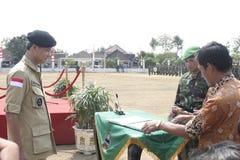 Συνεργασία Symbolization μεταξύ των τοπικών ανώτερων υπαλλήλων και του στρατού στοκ φωτογραφία με δικαίωμα ελεύθερης χρήσης