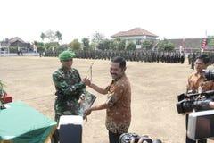 Συνεργασία Symbolization μεταξύ των τοπικών ανώτερων υπαλλήλων και του στρατού στοκ εικόνα