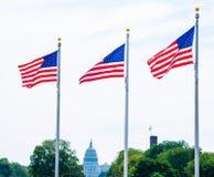 Συνεχές ρεύμα ΗΠΑ σημαιών και Capitol μνημείων της Ουάσιγκτον Στοκ Εικόνα