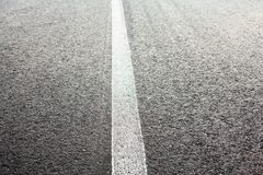 Συνεχής άσπρος δρόμος που χαρακτηρίζει τη γραμμή στοκ φωτογραφία με δικαίωμα ελεύθερης χρήσης
