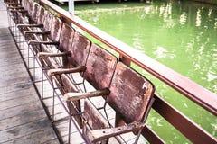 Συνεχής ξύλινη έδρα έξω από το ταϊλανδικό σπίτι Στοκ Εικόνες