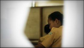Συνεχίστε σκληρά στο προσωρινό σχολείο στις αποδοκιμασίες εκκένωσης μετά από την έκρηξη του βουνού Merapi στοκ εικόνα