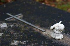 Συνεδρίαση αγγέλου μπροστά από έναν σταυρό - που ονειρεύεται Στοκ Εικόνες