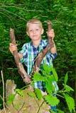 Συνεδρίαση αγοριών από ένα δέντρο Στοκ εικόνες με δικαίωμα ελεύθερης χρήσης