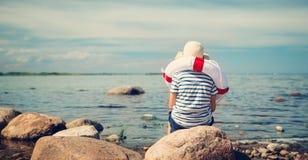 Συνεδρίαση αγοριών στην παραλία Στοκ Εικόνες