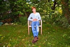 Συνεδρίαση αγοριών στον κήπο του στοκ φωτογραφίες