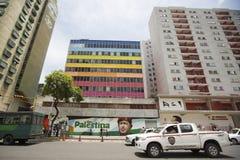Συνεδρίαση ατόμων σε μια καρέκλα και ζωγραφική Chavez και Viva Palestina στοκ εικόνες