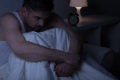 Συνεδρίαση ατόμων στο κρεβάτι στοκ φωτογραφίες
