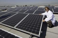 Συνεδρίαση βιομηχανικών εργατών εκτός από τα ηλιακά πλαίσια στοκ φωτογραφίες με δικαίωμα ελεύθερης χρήσης