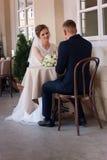 Συνεδρίαση γαμήλιων ζευγών σε έναν πίνακα στο θερινό πεζούλι Στοκ Εικόνες