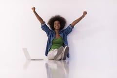 Συνεδρίαση γυναικών αφροαμερικάνων στο πάτωμα με το lap-top Στοκ φωτογραφίες με δικαίωμα ελεύθερης χρήσης