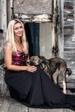 Συνεδρίαση γυναικών με ένα σκυλί Στοκ Εικόνες