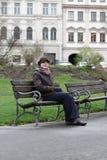 Συνεδρίαση γυναικών σε έναν πάγκο στοκ εικόνα
